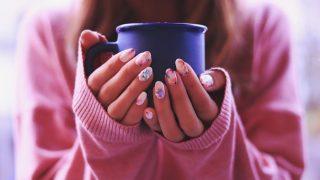 白湯を飲んでる女性 写真