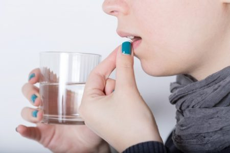 サプリを飲む女性 写真